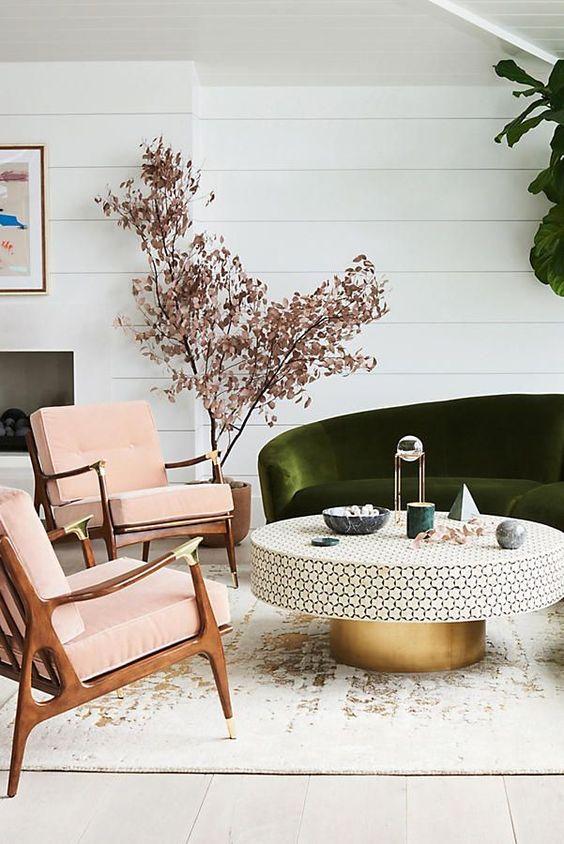 sillón estilo danes MCM tapizado en terciopelo rosa con ornamentos de latón - Anthropologie