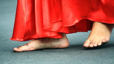 Penari payung tetap dapat menari dengan gemulai menahan rasa panas aspal meskipun tanpa alas kaki.