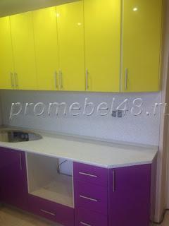 кухня с желтыми и сиреневыми фасадами