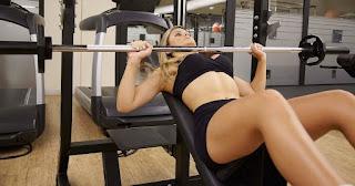 Fazer musculação diminuem os seios - Mulher treinando peito