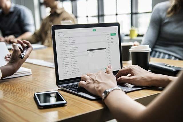 Penilaian kinerja karyawan adalah salah satu hal wajib yang perlu dilakukan perusahaan. Hal tersebut berguna sebagai bentuk apresiasi perusahan terhadap karyawan yang telah memiliki prestasi dalam bidang kerjanya.