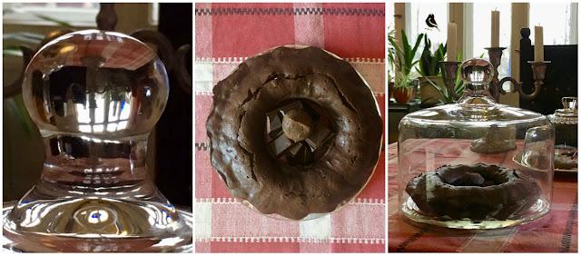 Schokoladenkuchen unter einer Glocke, deren Griff wie eine Kristallkugel anmutet