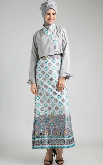 Sahabat bisa perhatikan beberapa desain dan model gamis batik ini dimana  memang dari sisi pengguna kebanyakan remaja dengan gaya yang serba menarik. 544e073303