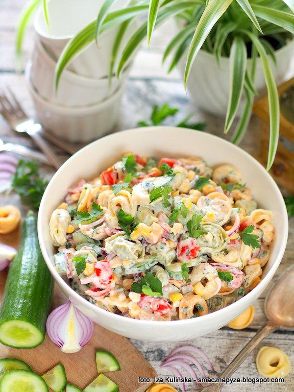 pierozki z prosciutto, uszka z szynka, salatki na impreze, najlepsza salatka, makaron tortellini, jak zrobic salatke