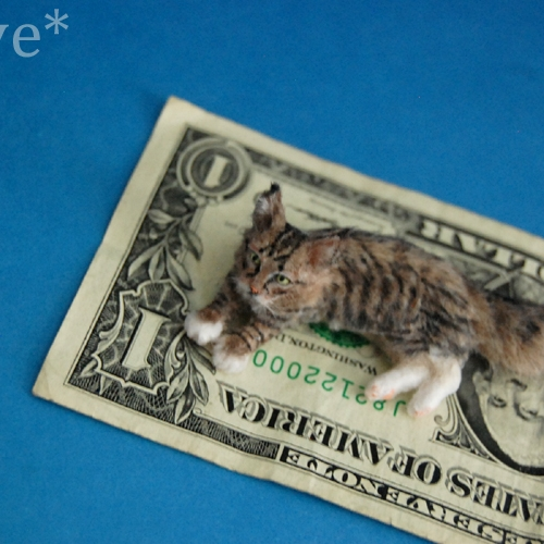 07-Polydactyl-Maine-Coon-Cat-ReveMiniatures-Miniature-Animal-Sculptures-that-fit-on-your-Hand-www-designstack-co