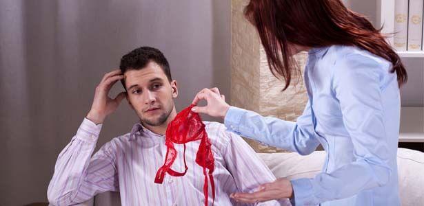 Mujer reclamando a su marido y evitando otra infidelidad