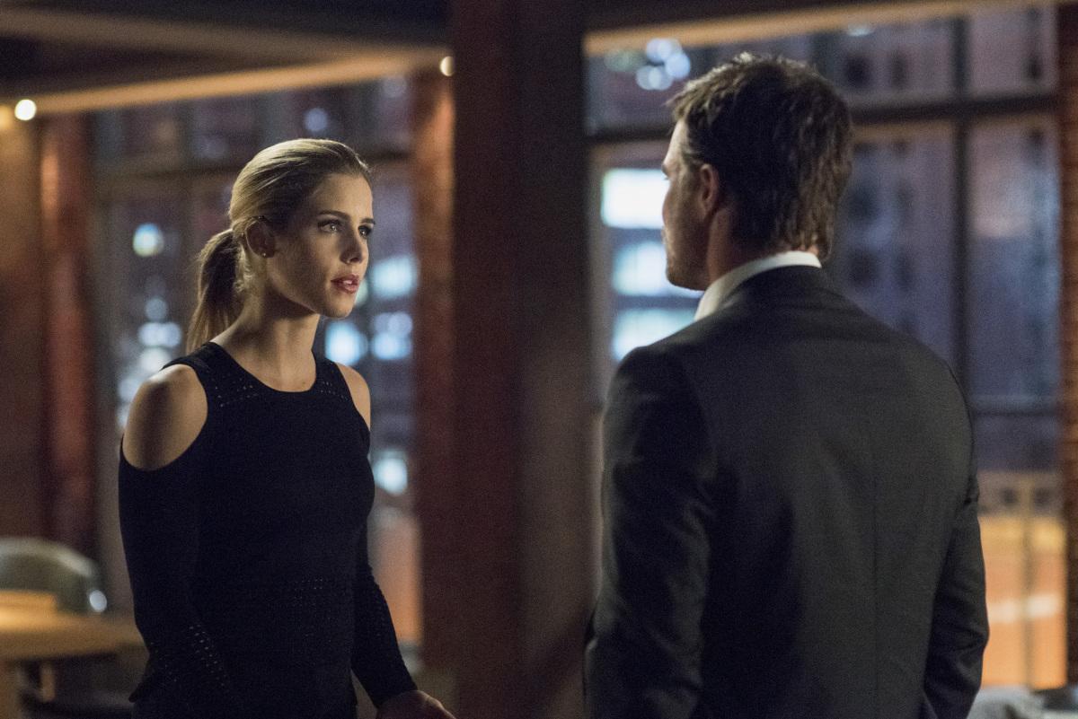 Felicity y Oliver en una escena del capítulo 5x19 de Arrow