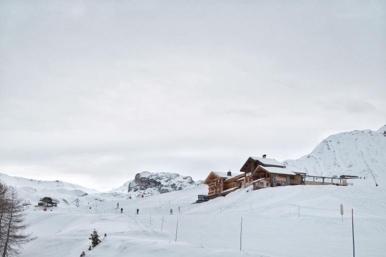 Montagnes enneigées à la Plagne en hiver