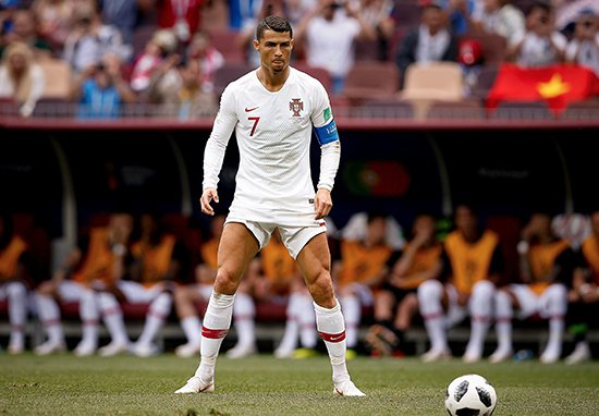 """Porque é que Cristiano Ronaldo segue sempre o mesmo """"ritual"""" antes de bater livres diretos?"""