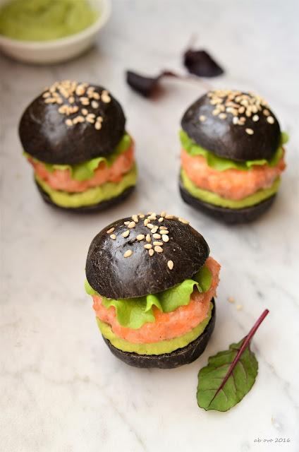 mini-burger-di-salmone-buns-al-nero-di-seppia-salsa-avocado