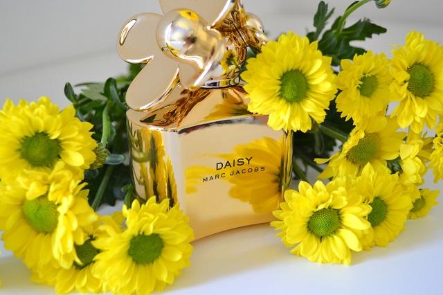 profumi donna come scegliere un profumo e trovare il proprio tra i profumi freschi estivi femminili; marc jacobs daisy gold