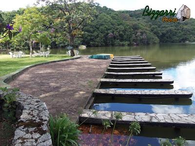 Execução do calçamento de pedra com pedra São Carlos com construção de lagos, muros de pedra rústica e execução do paisagismo.