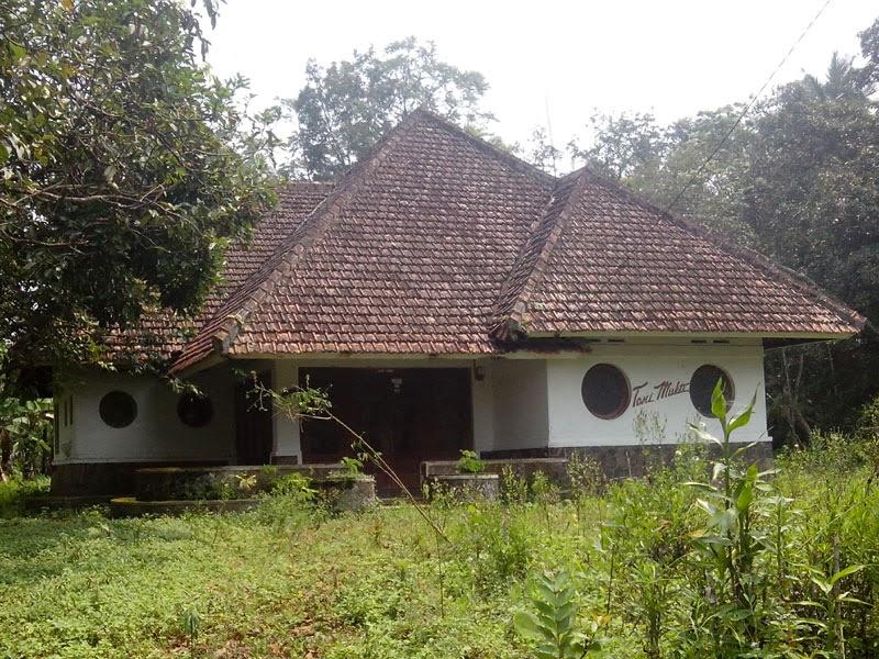 Foto Rumah Tua Antik di Pedesaan Kota Sumedang  Desain