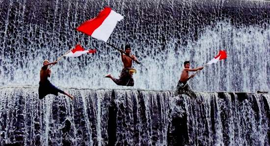 Gambar kibarkan bendera merah putih tanda cinta Indonesia