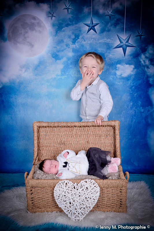portrait bébé avec grand frère rire tendresse coeur