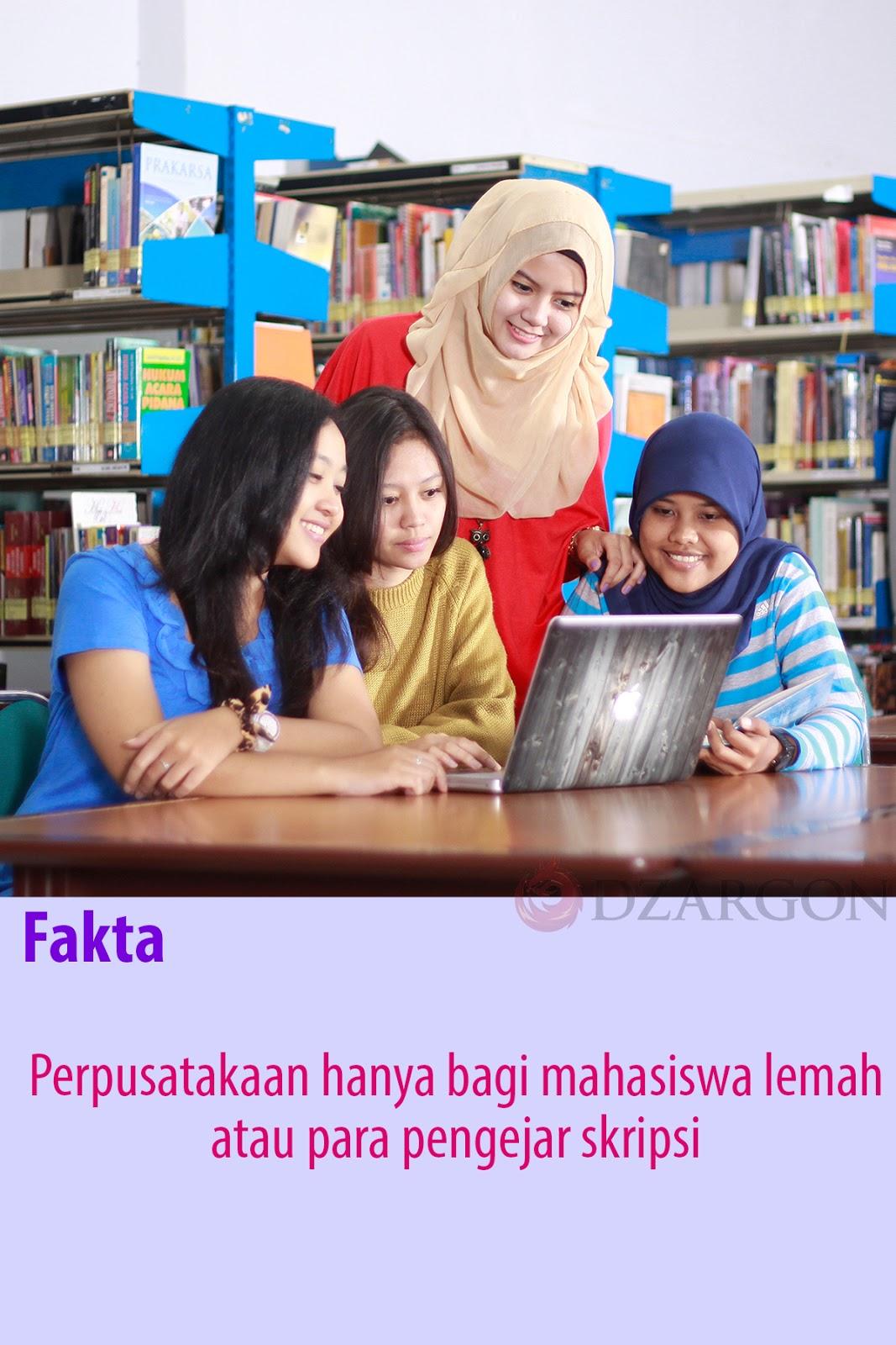 Mahasiswa masuk ke perpustakaan