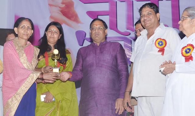 jansewavahini-president-poonam-mishra-awarded-by-minister-vipul-goel-faridabad