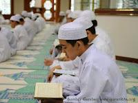 Persembahan Jubah Kemuliaan dari Anak Penghafal Qur'an