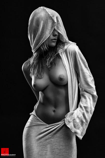 loira seios a mostra, foto preto e branco