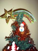 Árbol de Navidad decorado con manualidades realizadas por niños.