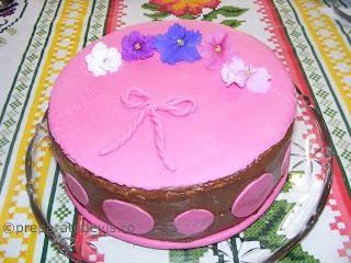 Tort fondant roz retete culinare,