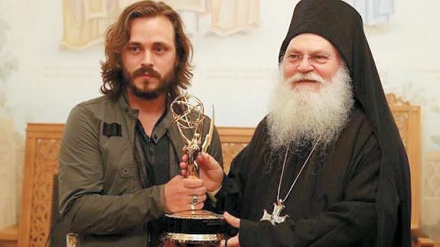 Ο Τζόναθαν Τζάκσον αφιέρωσε το Emmy στην Παναγία και στη μονή Βατοπεδίου - Πως στράφηκε στην ορθοδοξία