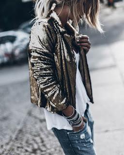 Outfit con giacca glitterata