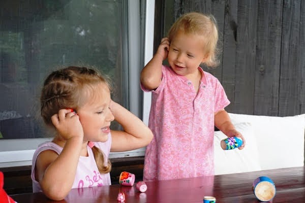 wspólna zabawa rodzeństwa