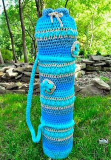 http://translate.google.es/translate?hl=es&sl=en&tl=es&u=http%3A%2F%2Fmymerrymessylife.com%2F2012%2F06%2Fcrochet-yoga-mat-bag-free-crochet-pattern.html