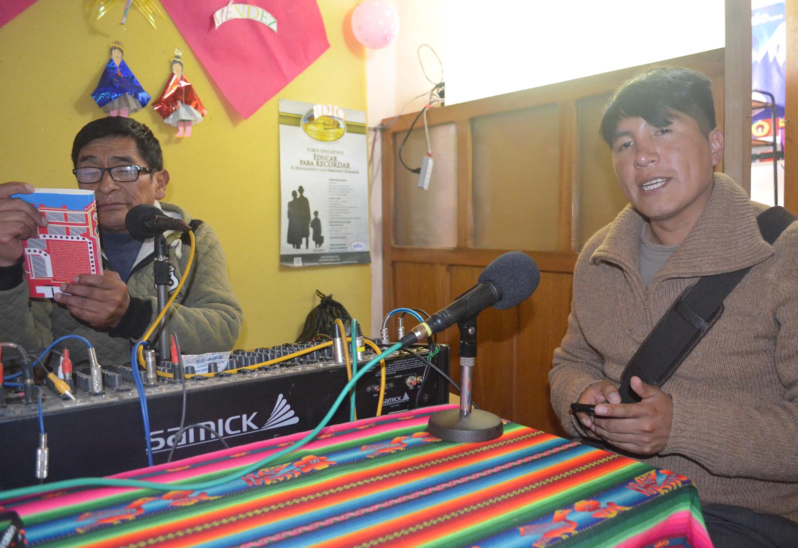Arguello promocionando el libro en radio Méndez de la urbe alteña / ALBERTO MEDRANO