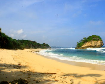 Pantai jonggring saloko, malang Pantai di Jawa Timur yang Belum Terjamah