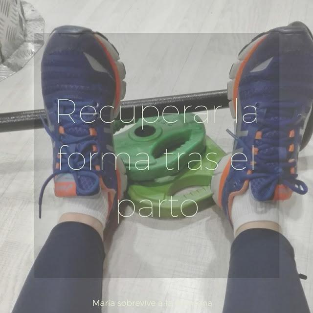 Piernas con zapatillas de deporte, barra de peso y pesas