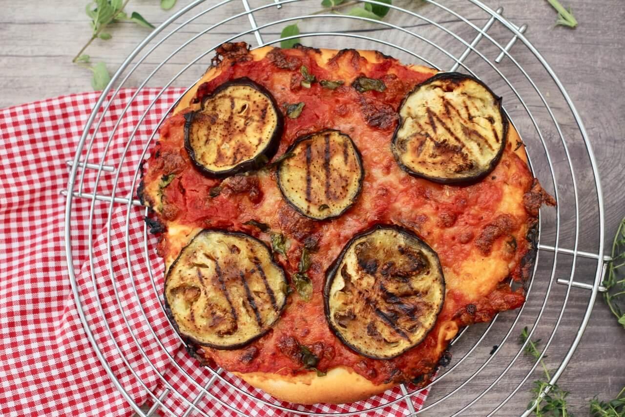 Pizza mit gegrillter Aubergine