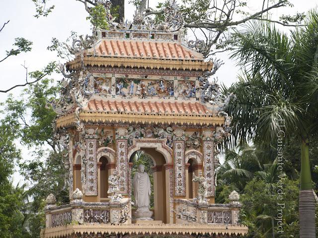 Puerta exterior en Vinh Trang Pagoda por El Guisante Verde Project