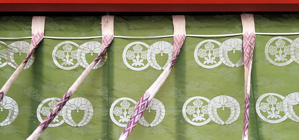 二つの神紋があしらわれた五社諏訪神社拝殿の御幕(2017年9月17日撮影)