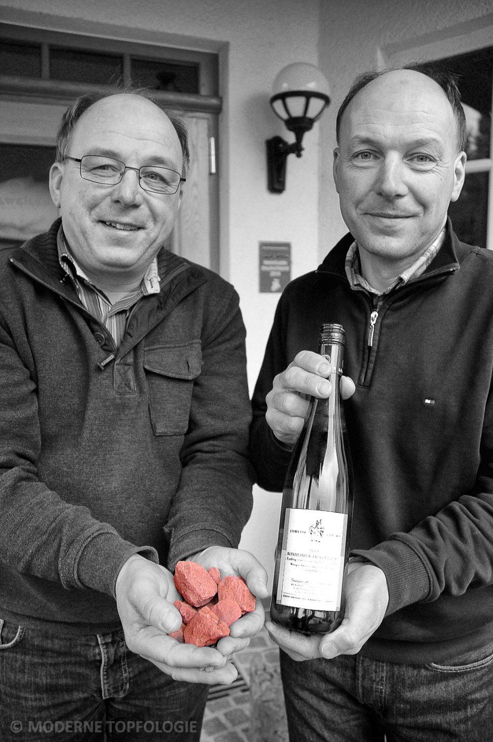 Dr. Leo Gälweiler und sein Bruder Andreas präsentieren den offizielle Eiswett-Wein, der in der Lage Roxheimer Höllenpfad auf rotem Sandsteinverwitterungsboden gewachsen ist.