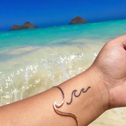 Esta linda tatuagem do pulso
