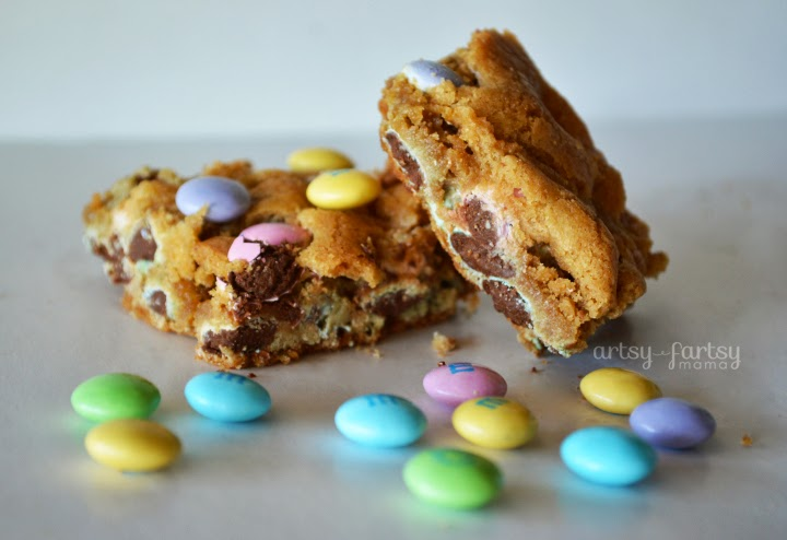 M&M Blondies at artsyfartsymama.com #recipe