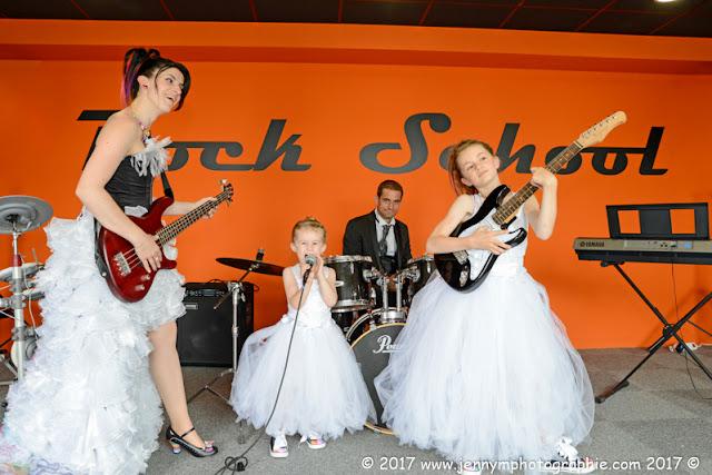 portraits mariés séance couple mariage jouer de la musique en famille