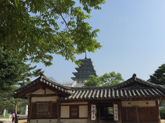 The National Folk Museum in Seoul is right next to Gyeongbukgong Palace and free to enter.