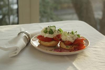 Tomaten-Frühlingszwiebel-Shortcakes mit geschlagengem Ziegenkäse