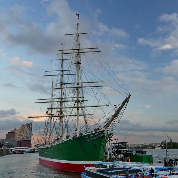 Rickmer Rickmers, Hafen, Hamburg, Landungssteg, Elbphilharmonie, Elphi, Meer, Schiffe, Schiff, Museumsschiff