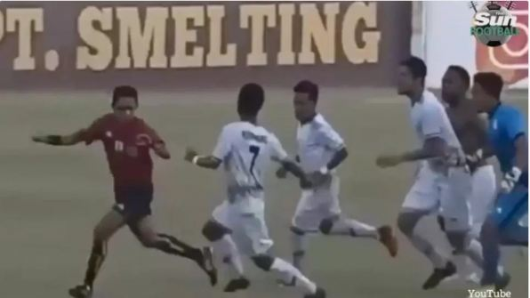 Footballers-beat-referee-over-wrong-penalty-in-Indonesia-photo