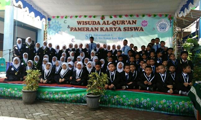 Sebanyak 108 siswa Sekolah Dasar kelas 1 sampai kelas 6 (SD) Muhammadiyah 8 mengikuti prosesi wisuda Al-Quran  di halaman sekolahnya yang terletak di jalan Sumpil Kota Malang. Sabtu (25/3/2017).