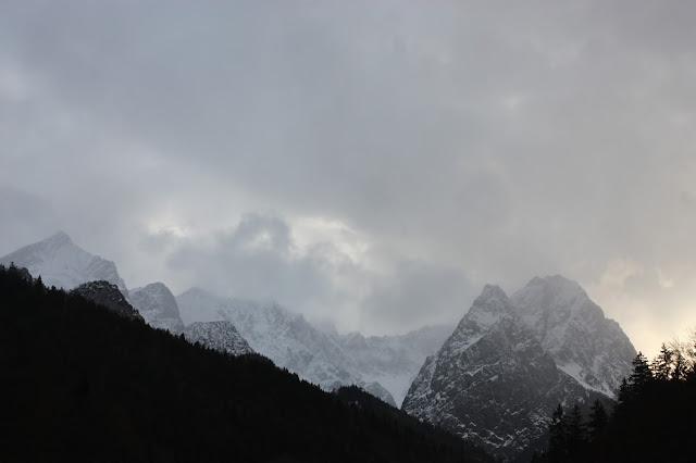 Wettersteingebirge, Eisblau und Leuchtrot, Winterhochzeit in den Bergen von Bayern, Riessersee Hochzeitshotel Garmisch-Partenkirchen, Winter wedding in Bavaria, Germany