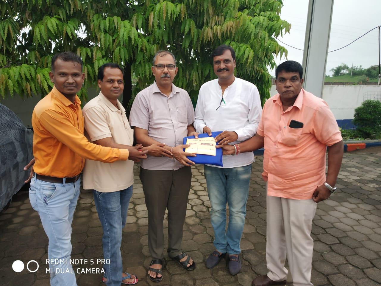 Jhabua News- नगर मंडल ने जिला प्रभारी को सहयोग निधि प्रदान की