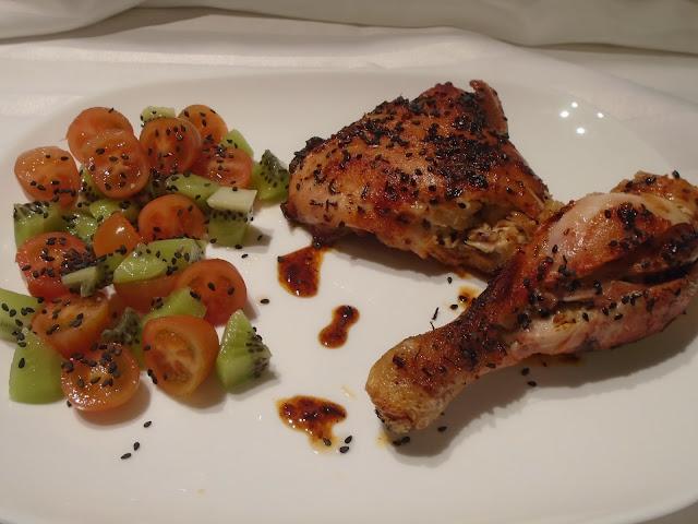 Pollo Al Pimentón Con Ensalada De Cherrys Y Kiwi
