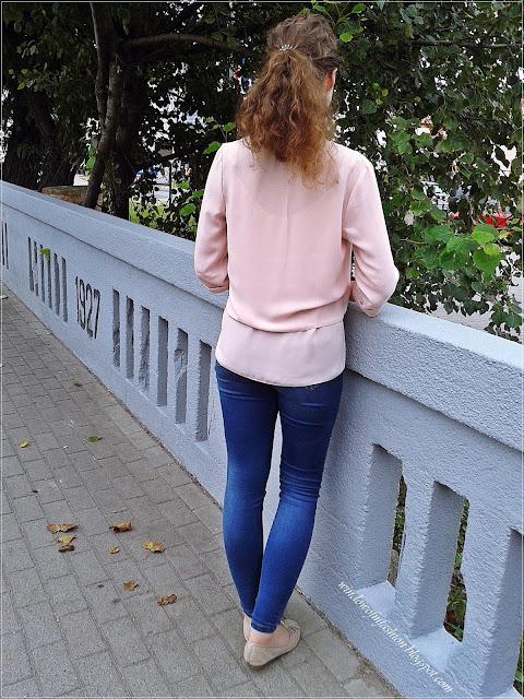 Różowa bluzka, jegginsy, baleriny