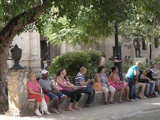 Kuba, Matanzas, auf dem Platz vor der Catedral de San Carlos Borromeo ruhen sich Einheimische aus.