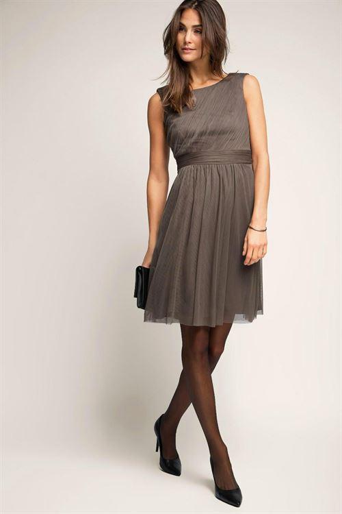 Aunque son vestidos cortos pensandos para eventos veraniegos, sus estilos son tan elegantes y originales que podrás reciclarlos para el otoño.